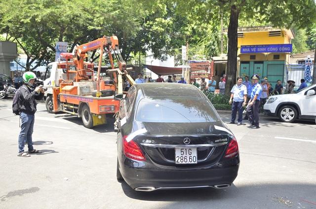Chiếc xe của nhạc sĩ Võ Mạnh Hiền bị cẩu về phường