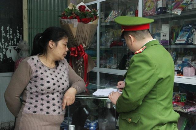 Lực lượng Công an phường Định Công lập biên bản các hộ dân lấn chiếm vỉa hè, yêu cầu tự giác tháo dỡ.