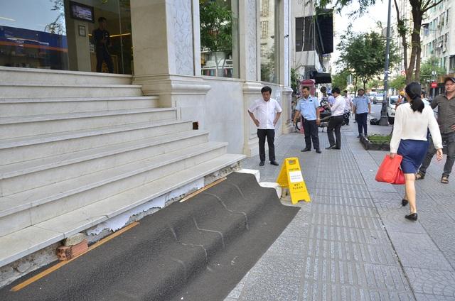 Bậc thềm lên xuống của khách sạn Paradise Sài Gòn lấn ra vỉa hè gần nửa mét nhưng chủ khách sạn vẫn không đập bỏ sau khi bị nhắc nhở