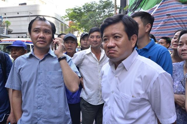 Ông Võ Nguyên Khanh, Chủ tịch UBND phường Bến Thành (trái) bị ông Hải nhắc nhở vì không có mặt tại hiện trường khi lãnh đạo quận đi kiểm tra, đòi vỉa hè cho dân