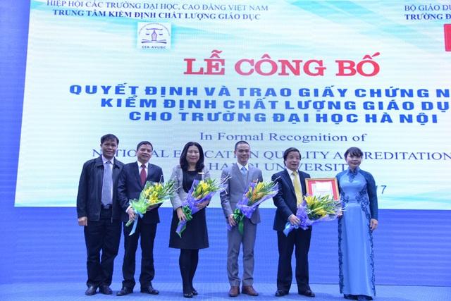 Lãnh đạo trường ĐH Hà Nội nhận giấy chứng nhận kiểm định chất lượng giáo dục