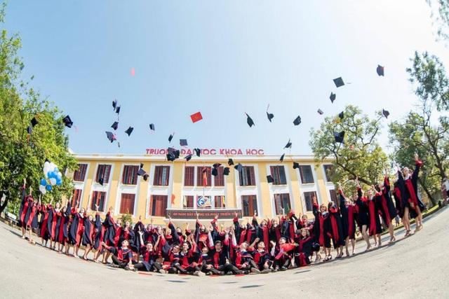 Các sinh viên tốt nghiệp năm 2017 ở trường ĐH Khoa học Huế