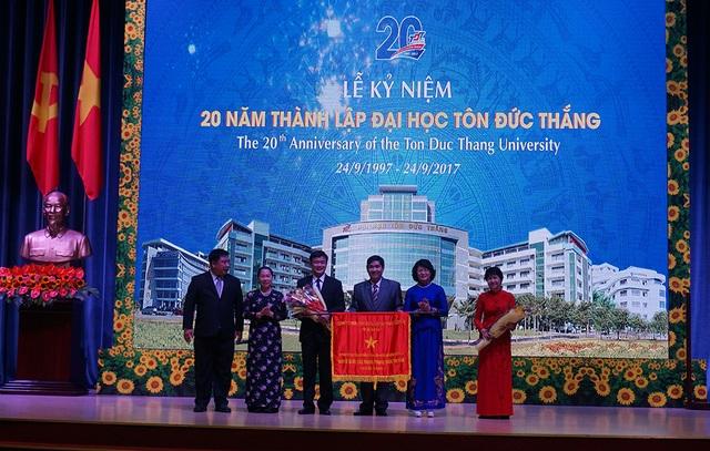 Tập thể trường ĐH Tôn Đức Thắng nhận Cờ thi đua của Chính phủ