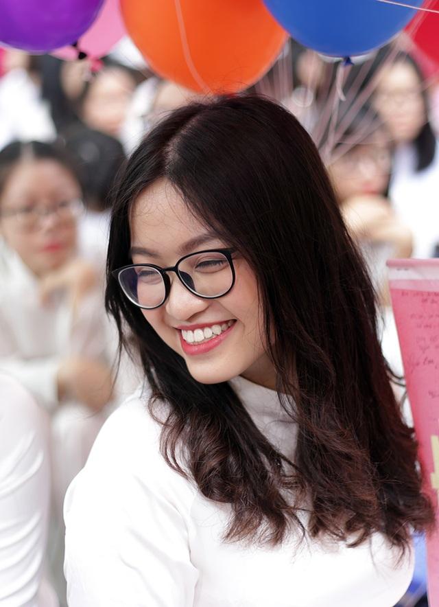 Nụ cười toả nắng như ánh mặt trời ấm áp đầu mùa hạ