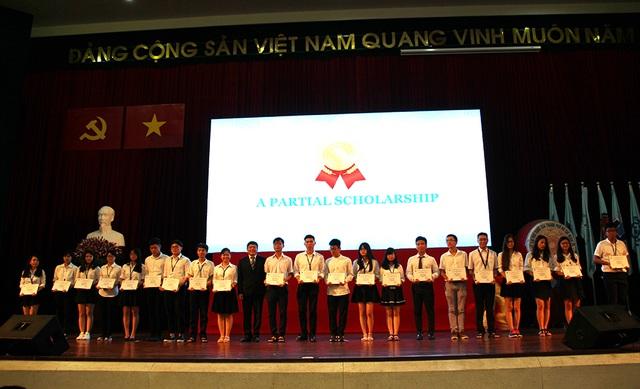 Các tân sinh viên có thành tích xuất sắc được nhà trường trao học bổng trong lễ khai giảng