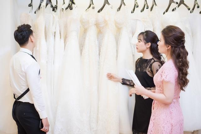 Theo chia sẻ của Ngọc Hương, cô đã tham khảo rất nhiều hãng váy cưới trong nước cũng như nước ngoài thậm chí một số thương hiệu váy cưới nổi tiếng thế giới nhưng cuối cùng cô đã tin tưởng và lựa chọn một thương hiệu váy cưới trong nước.
