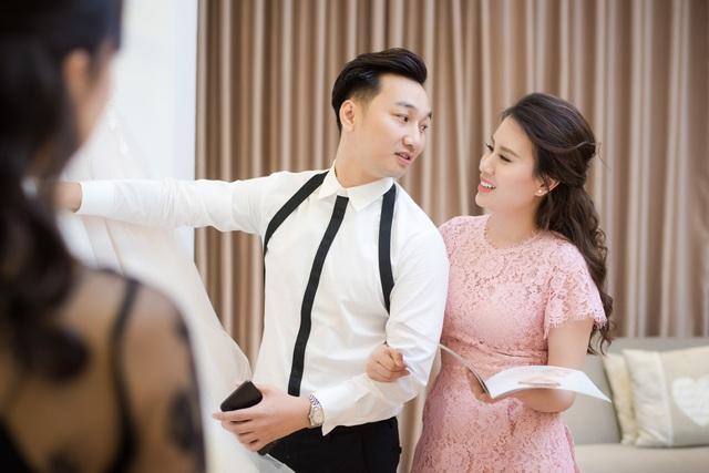 Được biết tại lễ cưới chính ngày 22/3 tới, Ngọc Hương sẽ diện 3 bộ váy cưới của thương hiệu này, trong đó có một mẫu váy cưới làm lễ chính được nhà thiết kế đo ni đóng giày dành riêng cho Ngọc Hương.