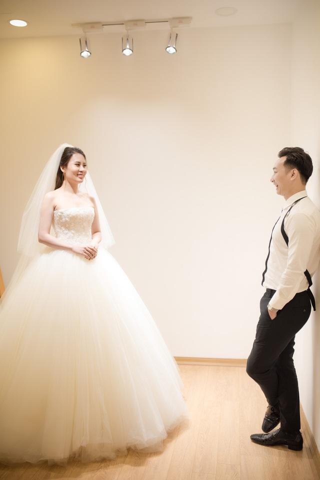 MC Thành Trung đưa vợ 9x đi chọn váy cưới - 9