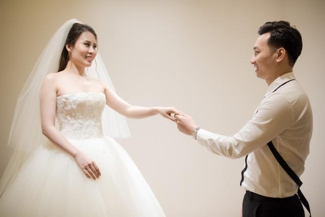 Một số hình ảnh tình tứ của cặp đôi khi đi thử váy cưới.