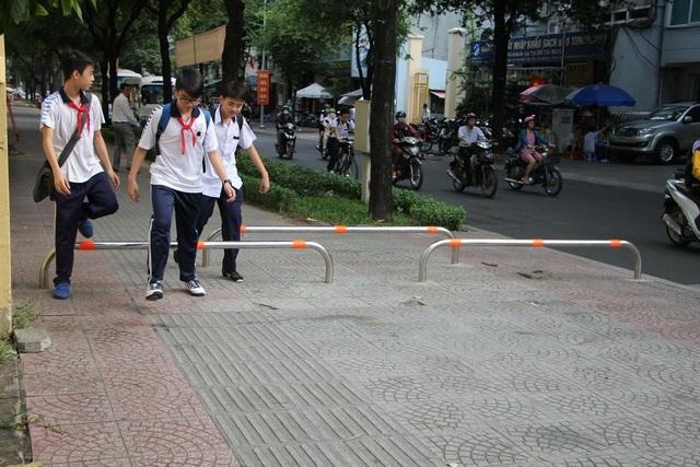 Việc lắp barie trên vỉa hè nhằm hạn chế xe máy leo lề, đảm bảo an toàn cho người đi bộ