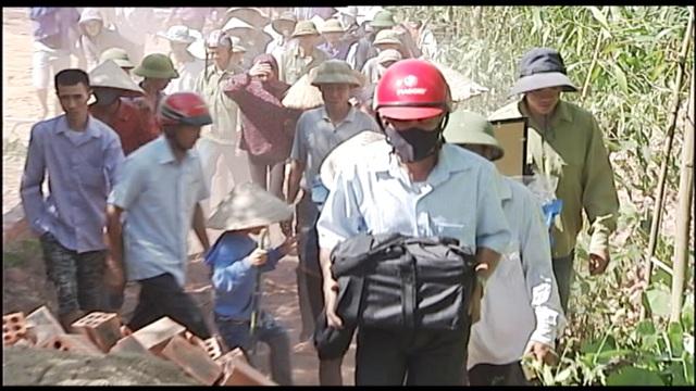 Di hài của nạn nhân Đào Sỹ Hùng được đưa về quê nhà Kỳ Anh, Hà Tĩnh để an táng (ảnh: Nguyễn Duy)