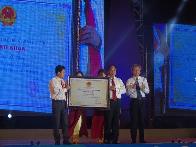 Lãnh đạo huyện Lệ Thủy đón nhận Bằng chứng nhận Hò Khoan Lệ Thủy là di sản văn hóa phi vật thể cấp Quốc gia từ Cục Di sản văn hóa, Bộ Văn hóa, thể thao và du lịch