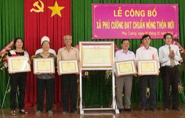 Ngày công bố xã Phú Cường đạt chuẩn Nông thôn mới, bà Nguyễn Thị Chuyên và một số hộ dân khác vinh dự được nhận bằng khen của Chủ tịch UBND tỉnh Đồng Tháp về những đóng góp cho xã hội tại địa phương