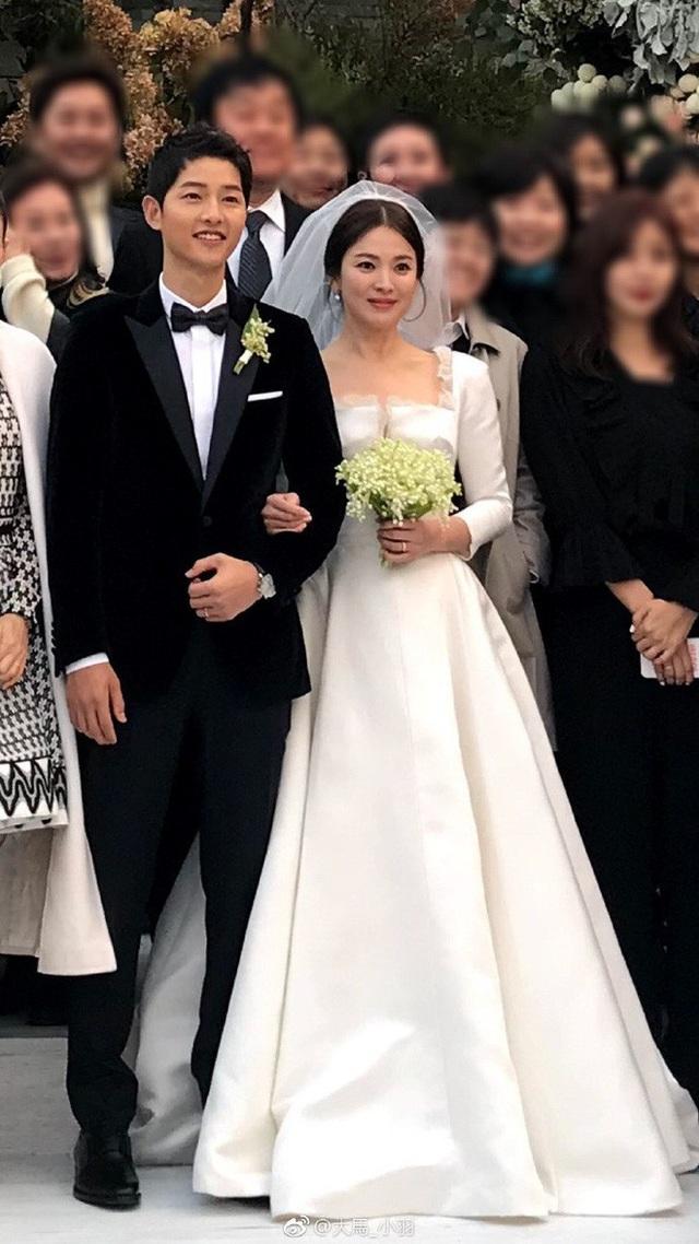Váy cưới của Song Hye Kyo và vest của Song Joong Ki có giá lên tới gần 3 tỉ đồng Việt Nam.