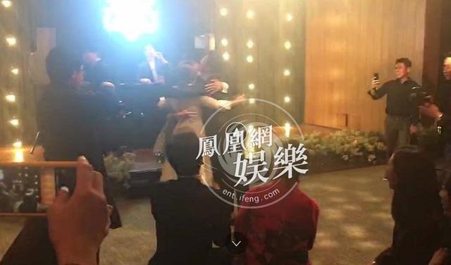 Cô dâu Song Hye Kyo nhảy múa vui vẻ cùng người bạn thân thiết, Chương Tử Di.
