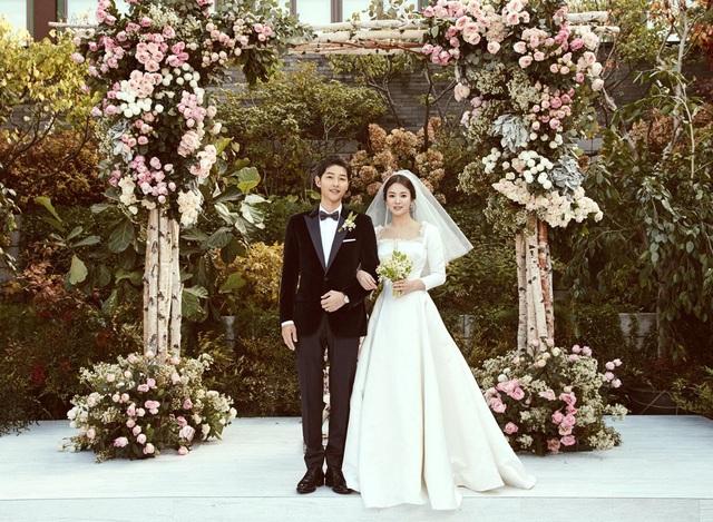 Song Hye Kyo và Song Joong Ki chọn phong cách cổ điển và giản dị cho hôn lễ.