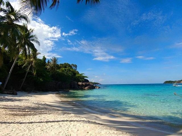 Nước biển ở hòn Móng Tay có một màu xanh ngọc lục bảo vô cùng đặc biệt. (Ảnh: Trung Tran)