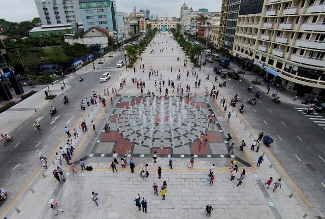 Càng những ngày lễ, lượng người đổ về phố đi bộ Nguyễn Huệ càng đông.