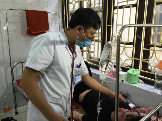 Các bác sỹ điều trị bệnh nhân nhiễm sốt xuất huyết