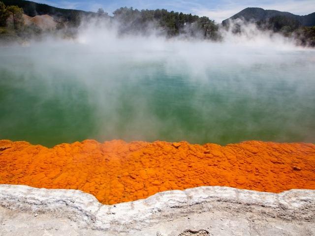 Rotorua là thành phố đặc biệt ở New Zealand với những cao nguyên núi lửa, nhiều cảnh đẹp thiên nhiên ngoạn mục và mùi lưu huỳnh khắp nơi. Thành phố gây ấn tượng với nhiều du khách bởi mùi lưu huỳnh đặc trưng và địa hình núi lửa do địa hình nằm trên vành đai núi lửa Thái Bình Dương.