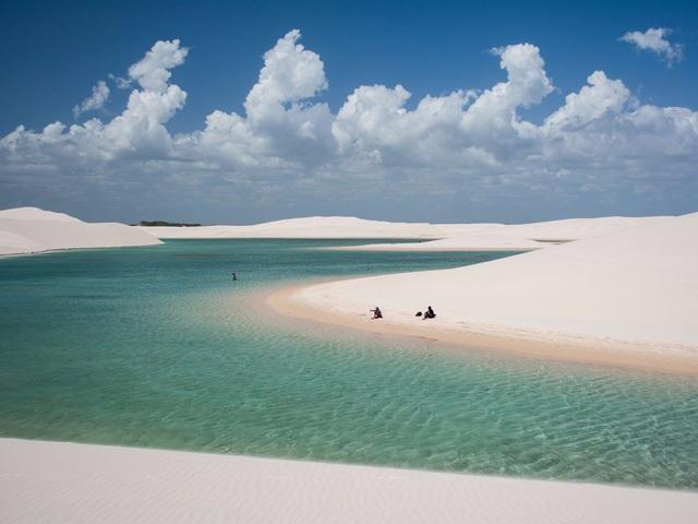 Trong mùa mưa, Công viên quốc gia Lençóis Maranhenses ở Maranhão, Brazil, mang tới cảnh tượng không thể quên. Nhờ lượng mưa lớn hàng năm, hồ bơi ở đây được tạo nên giữa các cồn cát. Thời gian du lịch lý tưởng nhất từ tháng 7 đến tháng 9 hàng năm.