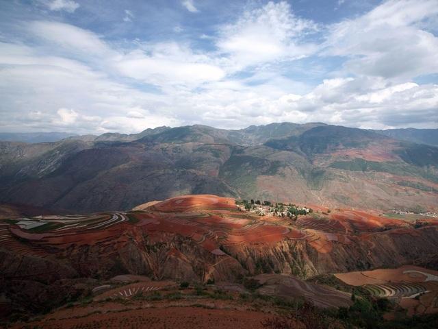 Vùng đất đỏ Dongchuan nằm ở thành phố Côn Minh, tỉnh Vân Nam, Trung Quốc, nổi tiếng với sắc đỏ kỳ diệu. Đất ở đây chứa sắt và khoáng chất bị oxy hóa, tạo nên màu sắc đặc biệt.