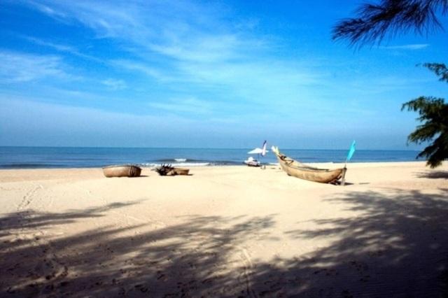 Nếu thích những bãi biển hoang sơ vắng người, du khách có thể tìm về biển Suối Ồ.