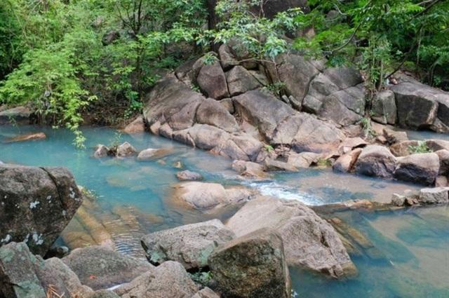 Suối Tiên- Suối Đá là không gian thích hợp để bạn tận hưởng thiên nhiên trong lành.