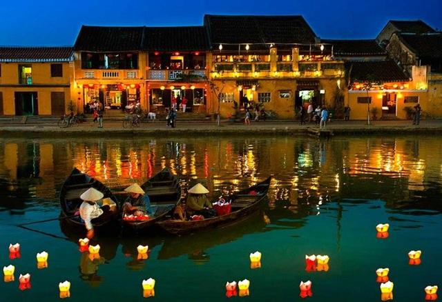 Phố cổ Hội An ban đêm sáng rực với đèn hoa đăng và đèn lồng (Ảnh: culaochamtour.com).
