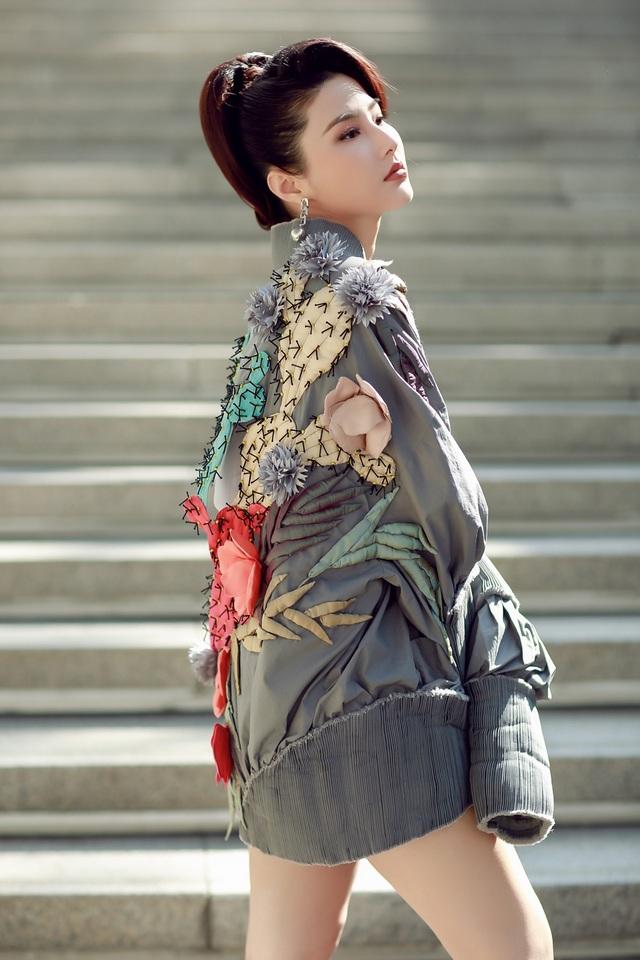 Đây cũng là lần đầu tiên Diễm My xuất hiện tại tuần lễ thời trang quốc tế, đồng hành cùng cô là diễn viên Ninh Dương Lan Ngọc - cũng là bạn diễn của cô trong Cô Ba Sài Gòn.