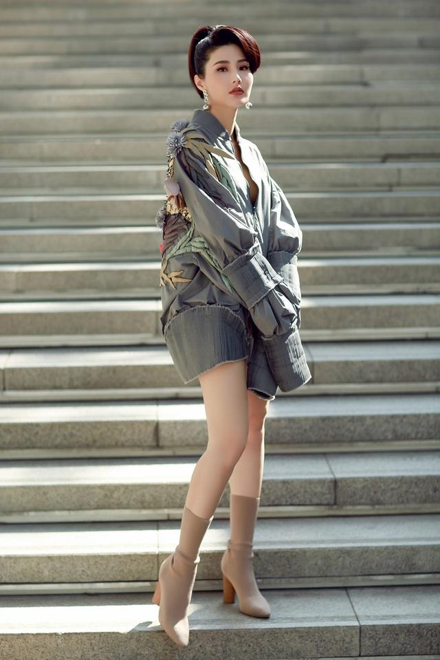Cô lấp ló khoe vòng 1 sau lớp áo kéo hờ quyến rũ, gợi cảm khó cưỡng.