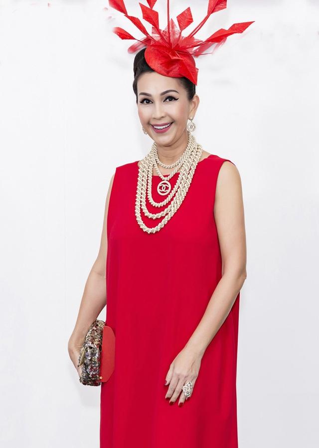 Nữ hoàng ảnh lịch Diễm My diện đầm suông dài kết hợp phụ kiện tóc và vòng cổ ngọc trai của Chanel.