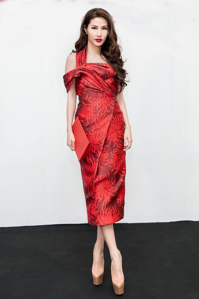 Diễn viên Diễm My 9X sang trọng với trang phục họa tiết hoa cúc. Phần ngực váy, thân váy đều được tạo điểm nhấn bởi những đường gấp mới mẻ, phá cách.