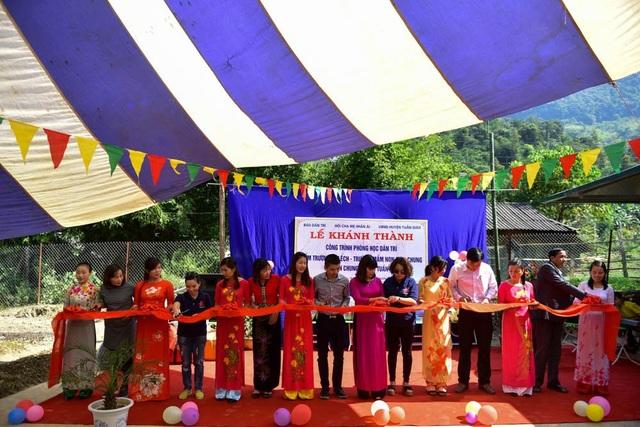 Nhà báo Phạm Tuấn Anh, Phó Tổng Biên tập báo Dân trí (giữa) cùng đại diện các ban ngành chính quyền địa phương và Hội cha mẹ Nhân ái cùng cắt băng khánh thành phòng học Dân trí tại điểm trường Ta Lếch, trường mầm non Mùn Chung