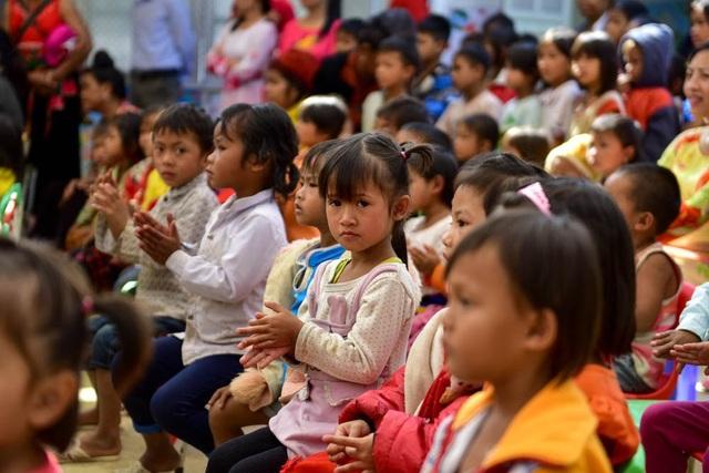 Đông đảo phụ huynh, học sinh đến tham dự lễ khánh thành phòng học