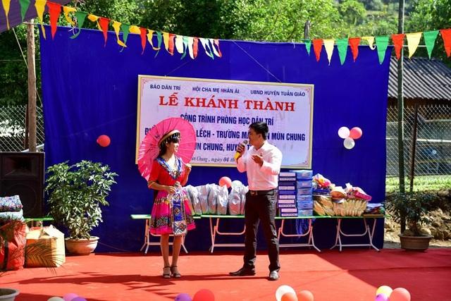 Thầy cô và học sinh điểm trường Ta Lếch với các tiết mục văn nghệ sôi động trong buổi lễ khánh thành phòng học Dân trí nơi đây