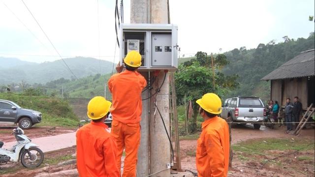 Đội ngũ công nhân ngành điện vượt dãy Trường Sơn đưa điện về bản