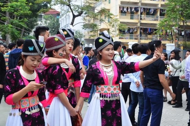 Tết Mông xuống phố không chỉ là cơ hội để các bạn dân tộc Mông từ mọi miền đất nước tìm hiểu và giao lưu lẫn nhau mà còn là dịp để người dân Hà Nội có cơ hội trải nghiệm nền văn hóa đặc sắc của các dân tộc thiểu số.