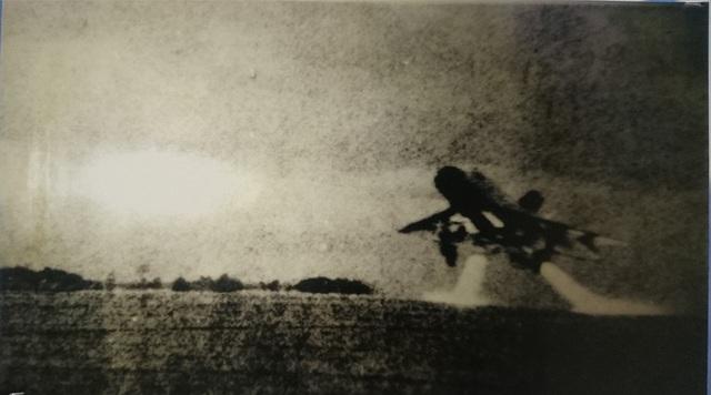 Đêm đầu tiên của chiến dịch Linebacker II, Mỹ đánh phá ác liệt các sân bay, không quân vẫn xuất kích chiến đấu. (Ảnh chụp lại tại Bảo tàng Phòng không - Không quân).