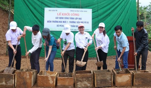 Các đại biểu cùng xúc cát động thổ xây dựng công trình phòng học Dân trí tại bản Hua Mức 1