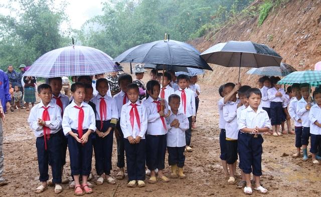 Niềm vui của các em học sinh trong ngày khởi công xây dựng trường mới thay cho trường cũ đã bị sập