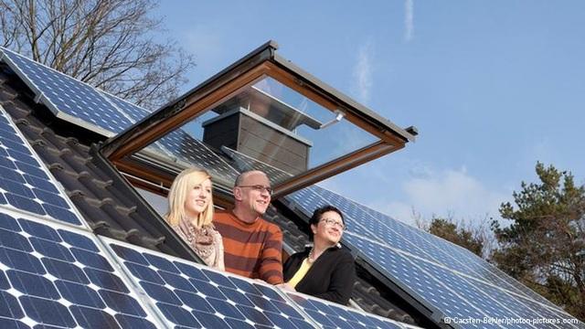 Các nước phát triển, người dân lắp đặt hệ thống điện mặt trời dư công suất sử dụng, lo bán cho nhà nước với mức giá rẻ.