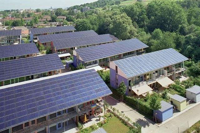 Mô hình nhà ởtự cung cấp điện từ năng lượng mặt trời có thể giúp mộthộ gia đình tiết kiệm khoảng 600 bảng Anh một năm.