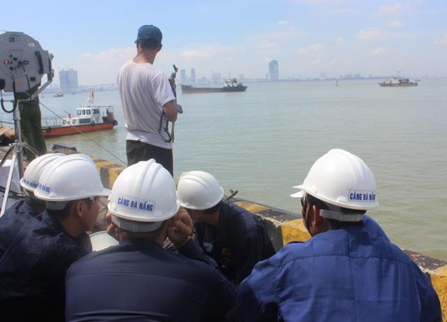 Đối tượng khủng bố dung súng AK uy hiếp các thuyền viên trên tàu chở hàng