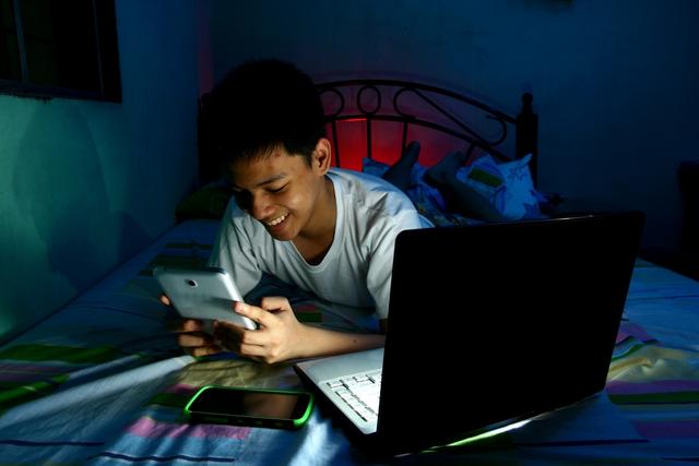 Thiếu ngủ vì điện thoại thông minh? - 1