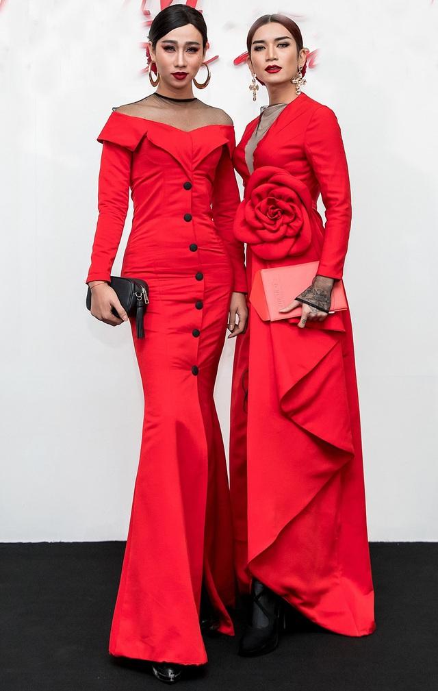 Diễn viên Hải Triều và BB Trần hóa thân thành hình tượng nữ với hai bộ cánh màu đỏ rực rỡ.