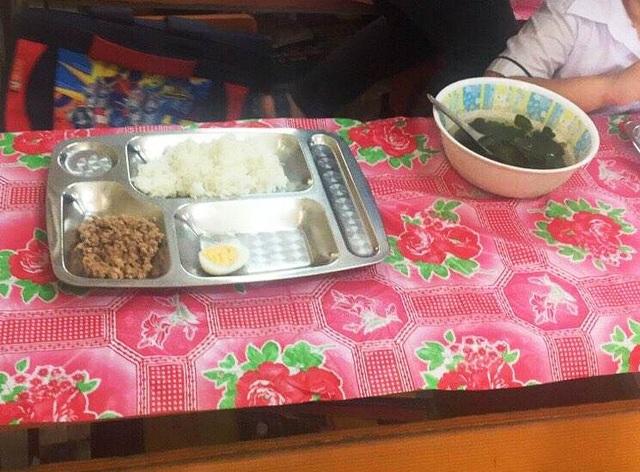 """Trường bị nghi """"bớt xén"""" bữa ăn của học sinh: Thêm hình ảnh những bữa ăn đơn sơ - 1"""