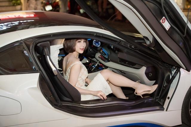 Không hề kém cạnh, Diệp Lâm Anh cũng có mặt trên siêu xe hơn 6 tỷ đồng đến tham dự sự kiện. Ảnh: Chí Linh.