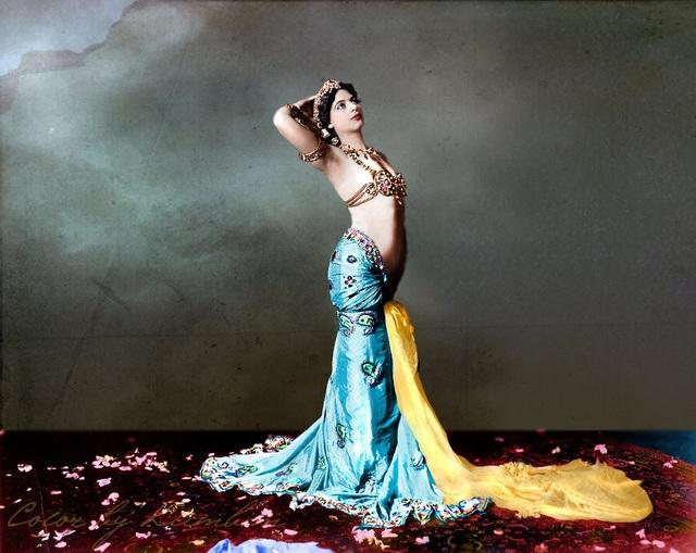 Những màn múa thoát y của Mata được coi là vẫn mang đậm tính văn hóa thay vì dung tục. (Ảnh: Buzzfreed)