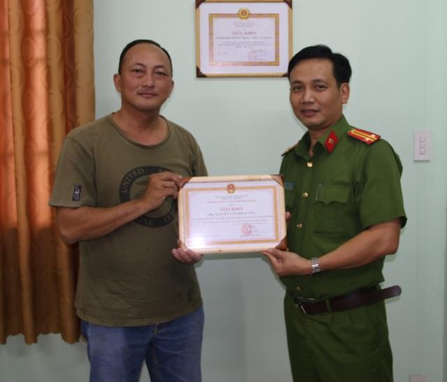 Đại diện công an quận Phú Nhuận trao giấy khen cho hiệp sĩ Nguyễn Văn Minh Tiến